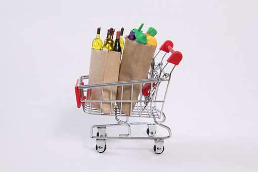 生活 買い物 ショッピング 購買 素材 カート 荷物 袋 紙袋 スーパーマーケット スーパー 食べ物 飲み物 飲食 食材 クラフト ワイン ボトル お酒 屋内 室内 スタジオ撮影 白バック 白背景 おもちゃ 玩具 オモチャ ミニチュア おままごと