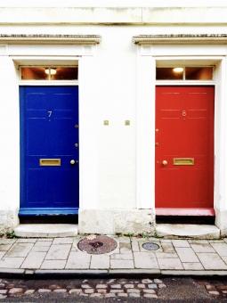 青 赤 扉 ドア 玄関 Blue red door entrance エントランス 入口 出口 Enter exit 開く 閉める 開ける 閉じる 開閉 おしゃれ イギリス フランス ヨーロッパ 白 壁 家 道 7 8 号室
