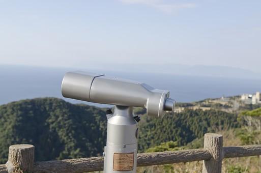 双眼鏡 望遠鏡 レンズ コイン式 観光地 観光 海 海原 大海 大洋 青い海 大海原 オーシャン 空 大空 日ざし 日射し 日差し 陽射し 陽ざし 太陽 日照り フェンス 柵 観察 風景 木 樹木 森