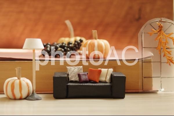 ソファとクッションのミニチュア (秋のインテリア)の写真