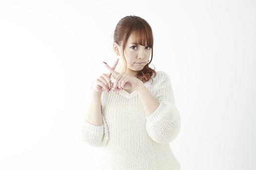 人物 女性 日本人 若い 20代   セーター ニット カジュアル モデル かわいい   キュート ポーズ おすすめ 屋内 白バック   白背景 上半身 仕草 ジェスチャー 合図 サイン 両手 バツ バツ印 駄目 だめ NO お断り 拒否 指 mdjf005