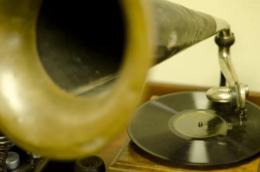 アンティーク 骨董品 コレクション 古い 昔 蓄音機 音楽 音響 雑音 ノイズ 録音機 ぜんまい レコード 振動 アナログ オーディオ 懐かしい 思い出 懐古 愛着 こだわり ビンテージ ヴィンテージ 掘り出し物 ボケ味 ピント ぼかし アップ