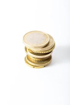 お金 コイン 通貨 貨幣 小銭  つり銭 マネー 外国 外貨 貯金  貯蓄 金融 経済 ビジネス 価値  チップ お釣り ユーロ ヨーロッパ 海外  アップ 白バック 白背景 複数 素材 重ねる 積む 硬貨 EU 1ユーロ ユーロコイン