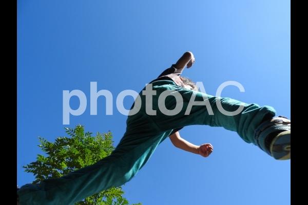 ジャンプして遊ぶ子供06の写真