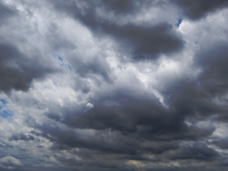 曇り 空 曇り空 くもり 天候 天気 青空 空 隙間 すき間 雲天 暗い 台風 暗黒 気持ち悪い 自然現象 自然 大自然 大空 空気 地震雲 怖い 濃い 雲 グレー 雷雨 雷 未知 背景 美しい