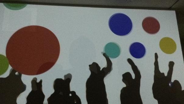 ボール 玉 影 シャドウ シャドー 影絵 彩り 色 カラー 遊び 赤 レッド あか あお 青 ブルー みどり 緑 グリーン 黄色 きいろ イエロー カラフル