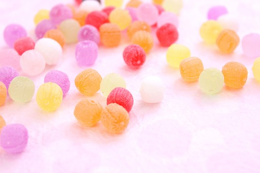 ひなまつり ひな祭り 和 和のイメージ 和紙 ピンク かわいい ドロップ ベビードロップ 飴 カラフル 丸い 和菓子 お菓子 お花 コピースペース ピンク バック