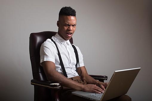 グレーバック ポートレイト ポートレート 肖像 人物 外国人 黒人 黒髪 男性 20代 30代 若者 ビジネスマン 会社員 エンジニア モデル ビジネス 仕事 会社 オフィス パソコン ノートパソコン PC IT ワイシャツ サスペンダー イケメン ハンサム かっこいい スタイリッシュ クール ファッション 座る いす イス 椅子 驚く ビックリ 怒る カメラ目線 mdfm054