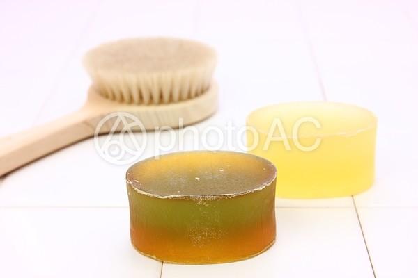 タイルの上の石鹸とボディブラシ2の写真
