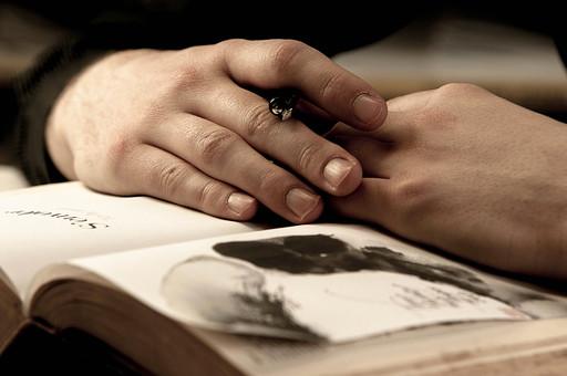 本 ブック 書物 書籍 図書 読書 読む 趣味 勉強 人物 男性 男 ページ 捲る めくる 開く 接写 クローズアップ アップ 手 両手 指 ペン 持つ 挟む 手を組む 重ねる 置く