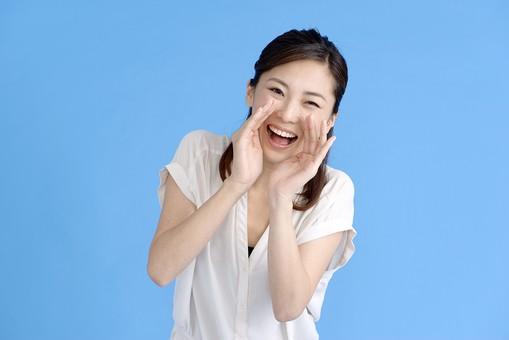 女性 ポーズ 人物 30代 日本人 黒髪 爽やか カジュアル 屋内 正面 ブルーバック 青背景 半そで 白  両手 手 叫ぶ 呼ぶ 大声 目 呼び止める おーい メガホン 腕 曲げる 上半身 叫び声 絶叫 張り上げる 笑顔 笑い 応援 mdjf013