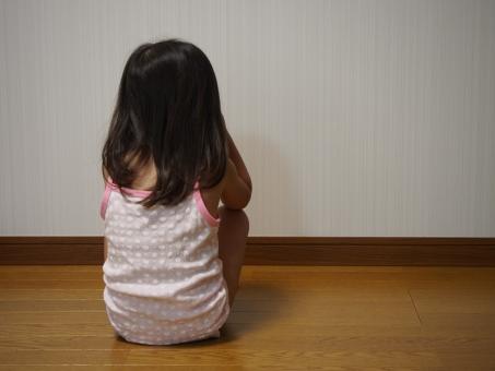 落ち込む 子供 子ども 後ろ向き 下着 キャミソール 壁 日本人 泣き 泣く 幼児 悲しい 育児 少女 背中