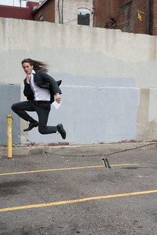外国人 男性 男 20代 30代 1人 一人 ひとり  ビジネスマン 探偵 スーツ 背広 ネクタイ  ロングヘア ロン毛  モデル 外 室外 外出 建物  駐車場  全身 ジャンプ 走る メモ帳 現場 ポール コンクリート 逃げる 逃亡 追う 追跡 mdfm046