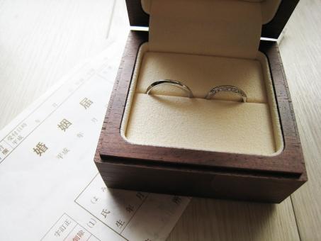 マリッジリング 結婚指輪 指輪 婚姻届 ダイヤモンド プラチナ 約束 愛 ウェディング ブライダル お祝い セレブレイト 署名 約束 愛 love ハート 気持ち 恋人 夫婦 新婚