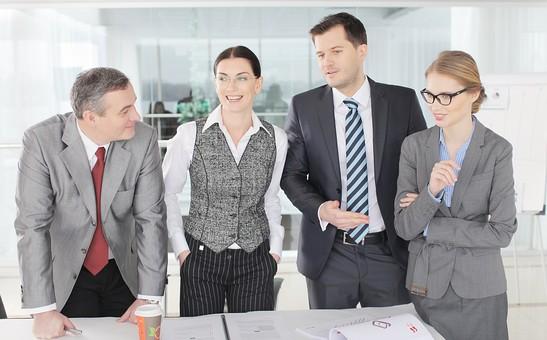 ビジネス 仕事 ビジネスマン 会社 会社員 グローバル インターナショナル 外国人 白人 男性 シャツ ネクタイ スーツ ビジネスウーマン キャリアウーマン 女性 チーム 仲間 同僚 上司 ボス 20代 30代 40代 中年 50代 ビジネスチーム プロジェクトチーム プロジェクト 紹介 笑う 笑顔 スマイル 微笑む 微笑み ほほえむ ほほえみ カメラ目線 室内 オフィス ガラス 廊下 会議室 ミーティングルーム 4人 四人 並ぶ 立つ 話し合い しゃべる 打ち合わせ 会議 雑談  部下  mdfm070 mdjms015 mdff131 mdff132