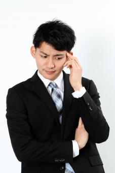 人物 生物 人間 男性 若い 青年 アジア アジア人 日本 日本人 ポーズ モデルスーツ ジャケット ビジネス 就活 フォーマル バストアップ 上半身 ボディランゲージ 示す 伝える 意志 コミュニケーション 手 ハンドサイン 腕組み 考える 悩む 心配 mdjm002