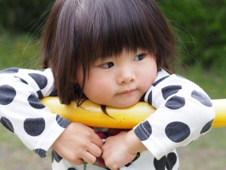 子ども 子供 女児 幼児 自然 園児 かわいい 緑 泣きべそ 怖い 公園 涙 泣く 泣顔 不安 japanese girl つまらない 退屈 一人 孤独 仲間外れ 女の子
