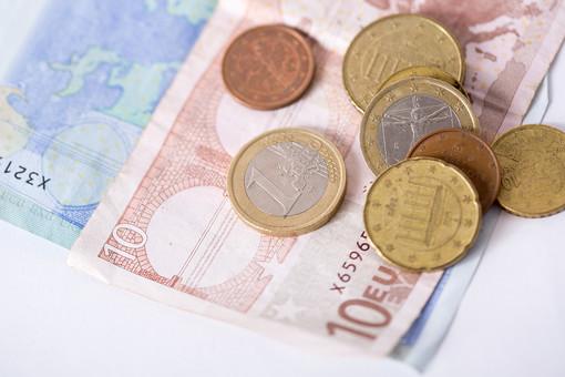 お金 マネー 紙幣 貨幣 通貨  外貨 コイン 小銭 外国 海外  ユーロ ヨーロッパ 金融 経済 ビジネス  価値  報酬 収入 貯金 貯蓄  両替 アップ 素材 白バック 白背景 現金 硬貨 EU ユーロコイン セント