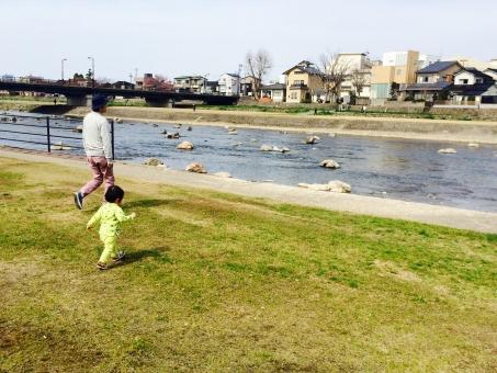 男の子 子供 1歳 親子 父子 後ろ姿 散歩 川 緑