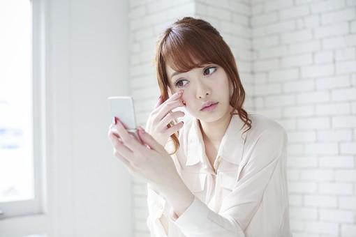 人物 女性 日本人 若い 20代  ブラウス シャツ カジュアル モデル かわいい   キュート ポーズ おすすめ 屋内 室内  部屋 朝 ライフスタイル 鏡 ミラー コンパクト コンパクトミラー 見る チェック メイク 化粧 顔 休日 出勤前 身だしなみ mdjf005