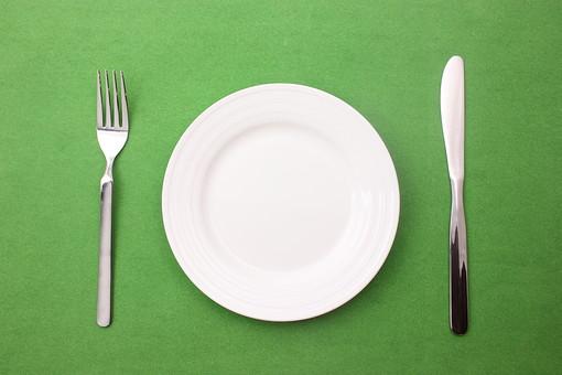 クリスマス クリスマスイメージ イベント 行事 緑 皿 お皿 白 食器 丸皿 飲食 テーブル 食事 セッティング 空 食卓 緑背景 ナイフ フォーク シルバー