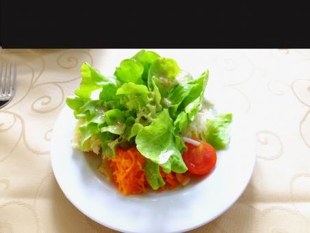 ドイツ メルティンゲン 5月 グリーンサラダ ドイツのサラダ 前菜 ヘルシー 健康的 日本人に合う 野菜 サラダ 黒のコピースペース コピースペース 春 緑 赤 レタス トマト ニンジン テクスチャ 背景 バックグラウンド コラージュ用素材 リビングボード用素材 ヨーロッパ 欧州 異国情緒 11