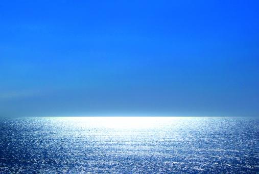 キラキラ輝く水平線2 ブルーの写真