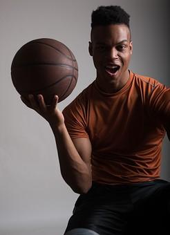 グレーバック ポートレイト ポートレート 肖像 人物 外国人 黒人 黒髪 男性 20代 30代 若者 スポーツ選手 アスリート モデル バスケット バスケットボール ボール スポーツ シャツ スポーツウェア トレーニングウェア イケメン ハンサム かっこいい スタイリッシュ クール ファッション 持つ カメラ目線 mdfm054