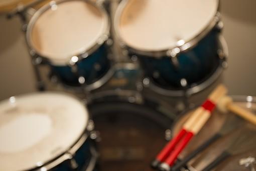 音楽 楽器 弦楽器 屋内 室内 部屋 練習 演奏 音楽教室 レッスン ジャズ ロック バンド ミュージック 部分 パーツ アップ 接写 素材 打楽器 ドラム ドラムス ドラムセット ボケ ぼかし 太鼓