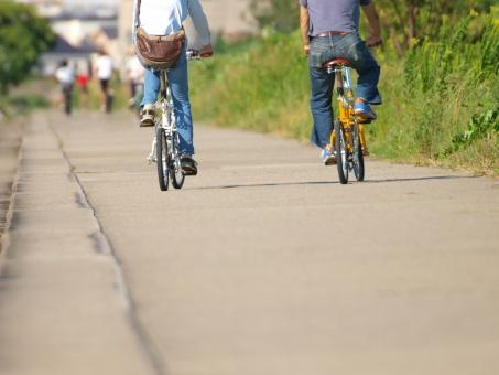 自転車 二人 並ぶ 道 草むら 走る チャリ 折り畳み 仲良く ボケ コピースペース 晴天 走行 輪行 サイクル カップル 夫婦 連れ合い