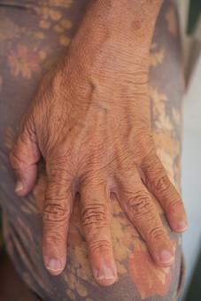 人物 老人 お年寄り 高齢者 シルバー   年老いた手 ハンドパーツ 手 指 ハンド   パーツ 手の表情 年老いた手 皺 しわ   シワ クローズアップ 女性 おばあちゃん おばあさん 片手 手の甲 膝の上 座る 手元 手先 指先