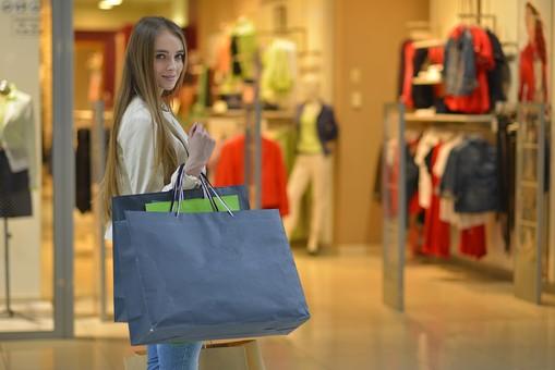 外国人 モデル 成人 大人 女性 女の人 若い ロングヘア モデル ファッション ショッピング 買い物 紙袋 持つ ジーンズ 店 店舗 建物 ディスプレイ 飾る 洋服 ポーズ 通路 綺麗 可愛い 撮影 室内 屋内 ショッピングモール 百貨店 デパート mdff032