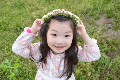 花冠 子供 こども 子ども 花 冠 シロツメクサ 春 4月 女の子 日本人 笑顔 mdfk023