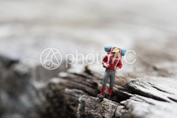 荷物を背負って歩く人物のミニチュア3の写真