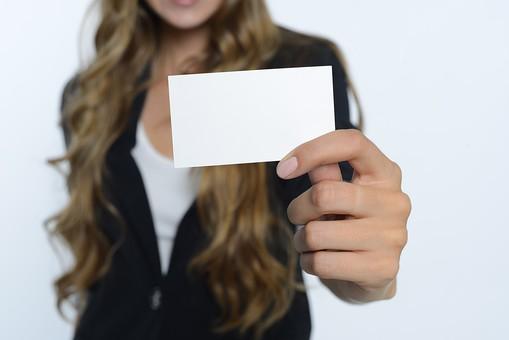カードを持った外国人女性15の写真