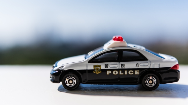 パトカー 自動車 走る 違反 交通 警察 逮捕 セダン ポリス 正義 ジャスティス サイレン 捕まる 屋外 取り締まり 警官