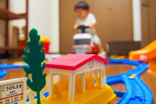 子供 男の子 電車 車 遊ぶ 室内遊び 運転 雨 夜 駅 線路 破壊 壊す やんちゃ カート atohs 1歳半 1歳 子育て 育児 ママ パパ 休日 一人遊び 子供部屋 破壊衝動 怪獣 家 おもちゃ 玩具 トイ ブーブー プラ レール ミニカー はしゃぐ お片づけ 散らかす
