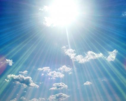 背景 壁紙 風景 自然 空 雲 青空 太陽 放射 光線 集中 注目 夏 真夏 真夏日 サマー 日射 日射病 熱射病 熱中症 7月 8月 紫外線 バナー ヘッダー ぴか~ん ギラギラ 集中線