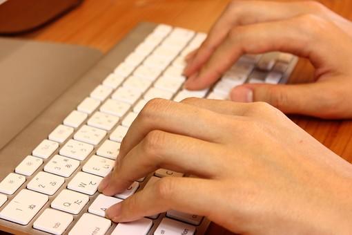 キーボード パソコン ビジネス 通信 産業 インターネット メール IT 周辺機器 屋内 オフィス アイテム 入力装置 家電 事務用品 デスクトップ デスクワーク PC ボタン OA機器 ビジネスアイテム 静物 手 人物 作業 操作 入力 打ちこむ タイピング タッチタイピング ブラインドタッチ 練習 打つ 指 仕事 手元 両手
