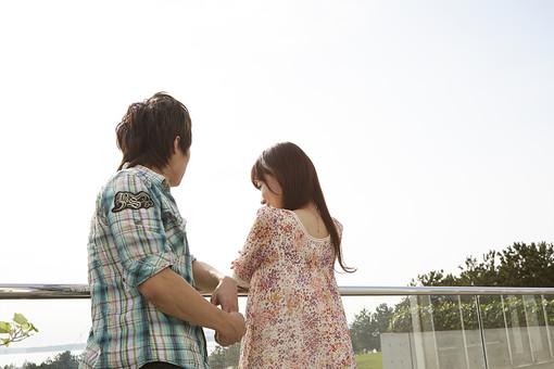 人物 カップル 恋人 若者 20代 夫婦 ファミリー 新婚 男性 女性 二人 デート デイト 語り合う 語らい おしゃべり 楽しむ 仲良し 一緒 笑顔 屋外 公園 葛西臨海公園 緑 グリーン 空 デートスポット 休日 休暇 若い 日本人 mdjm022 mdjf040