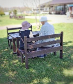 男 男性 日本人 笑顔 女性 生活 後ろ姿 背中 家族 仲良し 会話 夫婦 カップル シニア 老人 おじいちゃん おばあちゃん 公園 ベンチ 高齢者 散歩 愛情 優しい 芝生 穏やか お話し 介護 老夫婦 おしゃべり 長寿 長生き 支える 年金 両親 気晴らし 祖父母 医療費 日々 老々介護 要支援 要介護 高齢化社会 認知機能 高齢化問題 年金問題 超高齢者 介護費用 少子高齢社会 超高齢化社会 介護問題