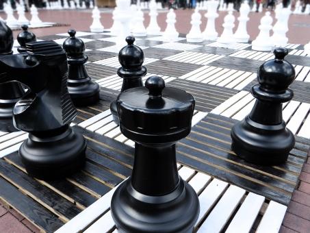 思考 思索 考え 悩む 可能性 可能性 先を読む 先読み 白黒 ツートーン 2色 明暗 勝負 真剣勝負 頭脳勝負 戦略 作戦 計画 ストラテジー チェス
