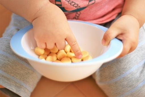 「お菓子と子供 フリー画像」の画像検索結果