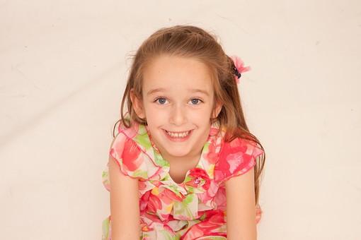 人物 こども 子供 女の子 少女  外国人 外人 キッズモデル あどけない かわいい   屋内 スタジオ撮影 白バック 白背景 長髪  ロングヘア ポートレイト ポートレート 表情 ポーズ ワンピース 見上げる 笑顔 スマイル 笑う 俯瞰 mdfk016