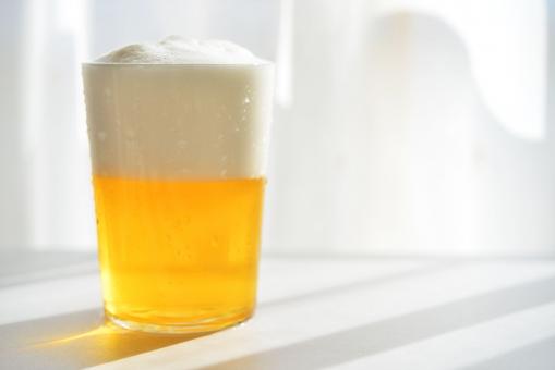 ビール びーる beer 麦酒 お酒 酒 ビールと影 生ビール 天気の良いビール あわあわ 泡 あわ 黄色い飲み物 夏