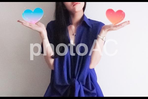 二つの恋で迷う女性の写真