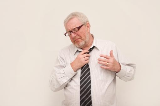 シニア 外国人 横向き ひげ 髭 上半身 髭面 白髪 シャツ 一人 ネクタイ 初老 白背景 室内  黒 メガネ 眼鏡 痛い 胸 心臓 手 当てる 苦しい 外す 病気 疲労 疲れる 我慢 男性 mdjms002