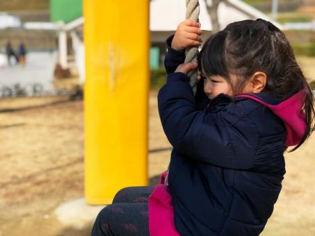 公園で怖がる女の子の写真