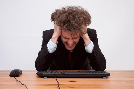 男性 Men 男 男子 外国人 外国人モデル 20代 30代 ビジネスマン サラリーマン スーツ ビジネススーツ 背広 ネクタイ ジャケット シャツ 白背景 机 デスク PC パソコン キーボード マウス 叫ぶ 悩む 考える 疲れる 上半身 頭を抱える 苦悩 疲労 ハンサム  mdfm045