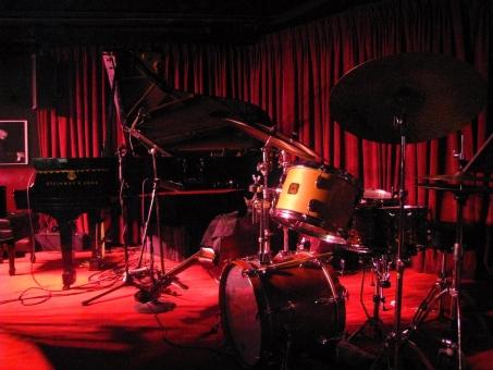 音楽 舞台 コンサート 太鼓 打楽器 光 聞こえる ヴィレッジヴァンガード ジャズ jazz ライブ ニューヨーク 楽器 バンド ピアノ ベース コントラバス ドラム グランドピアノ ドラムセット ステージ